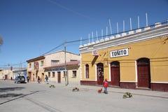 Mensen in een straat van Uyuni, Bolivië Royalty-vrije Stock Afbeeldingen
