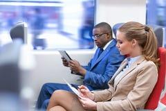 Mensen in een trein stock foto's