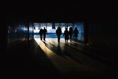 Mensen in een tunnel Royalty-vrije Stock Afbeelding