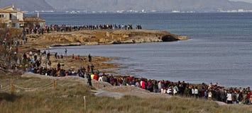 Mensen in een vreedzame demonstratie op een strand om het tegen bouw te beschermen Stock Afbeelding