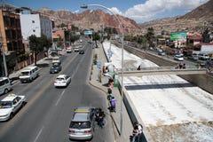 Mensen en auto's in een straat langs de rivier in La Paz Stock Foto's