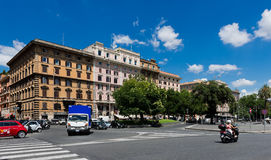 Mensen en auto's op de straat in Rome, Italië Royalty-vrije Stock Afbeeldingen