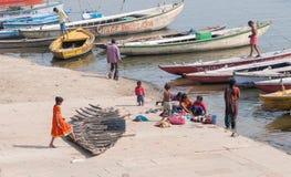 Mensen en boten bij de rivier van Ganges Royalty-vrije Stock Foto's