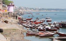Mensen en boten bij de rivier van Ganges Stock Fotografie