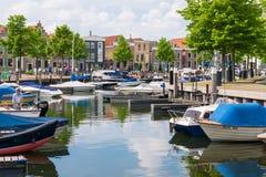 Mensen en boten in jachthaven van oud-Beijerland, Zuid- Netto Holland, royalty-vrije stock foto