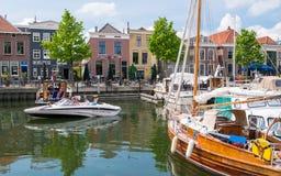 Mensen en boten in jachthaven van oud-Beijerland, Zuid- Netto Holland, royalty-vrije stock afbeelding
