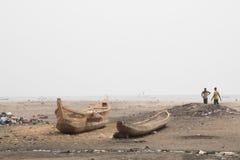 Mensen en boten op een strand in Jamestown, Accra, Ghana Stock Afbeeldingen