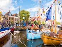 Mensen en boten tijdens de Dagen van Admiraliteit van Dokkum, Netto Friesland, royalty-vrije stock foto