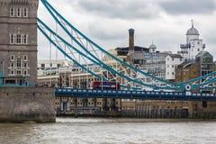 Mensen en bussen die Torenbrug in Londen, Engeland kruisen Royalty-vrije Stock Foto