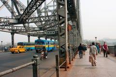 Mensen en bussenbewegingen op brug Stock Afbeelding