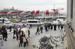 Mensen en duiven rond de Nieuwe Moskeebinnenplaats Royalty-vrije Stock Foto