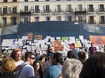 Mensen en eisentekens in Madrid in het Spaans aangaande Royalty-vrije Stock Afbeeldingen