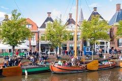 Mensen en historische boten in oude haven tijdens de Dagen van gebeurtenisadmiraliteit, Dokkum, Friesland, Nederland stock afbeeldingen
