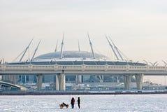 Mensen en honden dichtbij Zenit-Arenastadion St. Petersburg Rusland Royalty-vrije Stock Foto