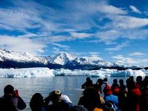 Mensen en ijsbergen royalty-vrije stock fotografie