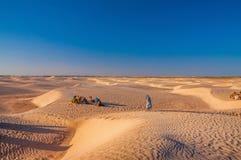 Mensen en kamelen in de woestijn van de Sahara, Tunesië, Noord-Afrika Royalty-vrije Stock Fotografie