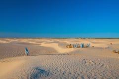 Mensen en kamelen in de woestijn van de Sahara, Tunesië, Noord-Afrika Royalty-vrije Stock Foto