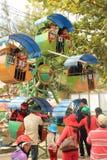 Mensen en kinderen bij pretpark/pretmarkt tijdens nieuwe ye Royalty-vrije Stock Afbeeldingen