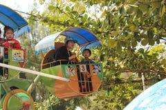 Mensen en kinderen bij pretpark/pretmarkt tijdens nieuwe ye Royalty-vrije Stock Foto's