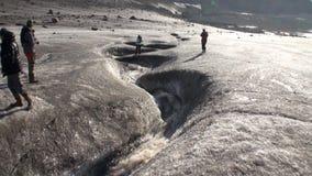 Mensen en kreek van vuil water als resultaat van het verwarmen in het Noordpoolgebied stock videobeelden