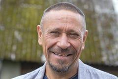 Mensen en levensstijlconcept Gelukkige ongeschoren mens op middelbare leeftijd in openlucht De volwassen close-up van het mensenp stock foto's