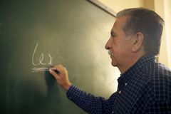 Mensen en onderwijs, wetsleraar die op bord in colle schrijven Royalty-vrije Stock Foto