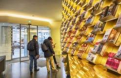 mensen en planken met informatie in toeristenbureau in Wenen, Oostenrijk, 21 December 2015 Royalty-vrije Stock Fotografie