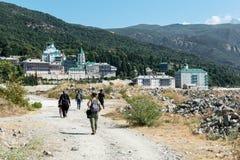 Mensen en Priestersreis naar het klooster van St Panteleimon Zet Athos op stock afbeelding