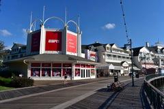 Mensen en sportbar die in charmante promenade bij het Uitzichtgebied van Meerbuena lopen royalty-vrije stock afbeeldingen