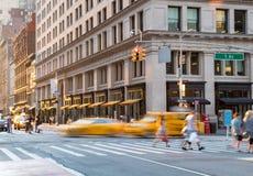 Mensen en taxis in de kruising van Fifth Avenue en drieëntwintigste in de Stad van New York royalty-vrije stock afbeelding