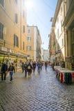 Mensen en toeristen die langs oud via dei Baullari in Rome, Italië lopen Royalty-vrije Stock Fotografie