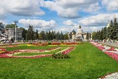 Mensen en toeristen die op Vystavka-Verwezenlijkingen van Nationaal lopen Stock Fotografie