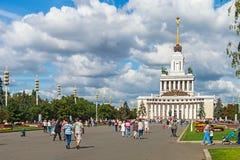 Mensen en toeristen die op Vystavka-Verwezenlijkingen van Nationaal lopen Royalty-vrije Stock Foto