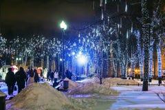 Mensen en toeristengang langs Moskou voor Nieuwjaar wordt verfraaid dat Stock Fotografie