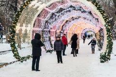 Mensen en toeristengang langs Moskou voor Nieuwjaar wordt verfraaid dat en Stock Foto