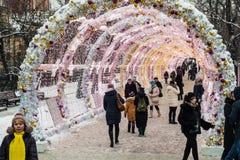 Mensen en toeristengang langs verfraaid Moskou Stock Afbeelding