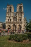Mensen en tuinen bij de gotische Notre-Dame-Kathedraal in Parijs Royalty-vrije Stock Afbeeldingen