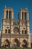 Mensen en tuinen bij de gotische Notre-Dame-Kathedraal in Parijs Stock Fotografie