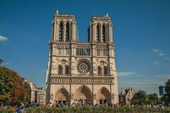 Mensen en tuinen bij de gotische Notre-Dame-Kathedraal in Parijs Stock Foto's