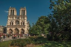 Mensen en tuinen bij de gotische Notre-Dame-Kathedraal in Parijs Royalty-vrije Stock Fotografie