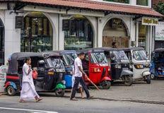Mensen en tuk tuk taxis op straat royalty-vrije stock foto