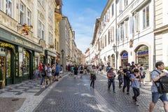 Mensen en typische winkels die in de straat Celetna in ol lopen Royalty-vrije Stock Foto's