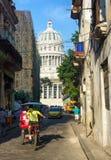 Mensen en verkeer dichtbij het Capitool in Havana Stock Foto's