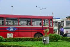 Mensen en voertuigen bij hoofdbusstation stock afbeelding