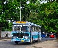 Mensen en voertuigen bij hoofdbusstation stock foto's
