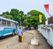 Mensen en voertuigen bij hoofdbusstation royalty-vrije stock afbeeldingen