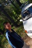 Mensen en witte auto. Royalty-vrije Stock Foto's