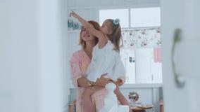 Mensen, familie en pretconcept - gelukkige meisje het besteden tijd met moeder thuis stock video