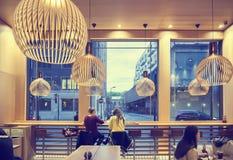 Mensen in fast-food restaurant Royalty-vrije Stock Afbeeldingen