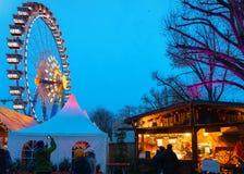Mensen in Ferris Wheel bij de Markt van Nachtkerstmis bij Stadhuis, in Berlijn, de Winter Duitsland stock afbeelding